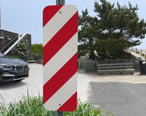 right side delineator reflective sign with red and white stripes